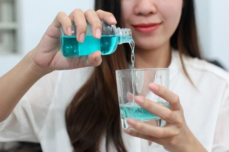 Súc miệng để loại bỏ vi khuẩn trong khoang miệng