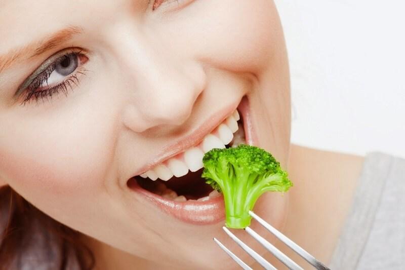 Ăn uống bình thường sau khi răng sứ ổn định