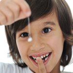 Có nên tự nhổ răng sữa tại nhà cho trẻ không?