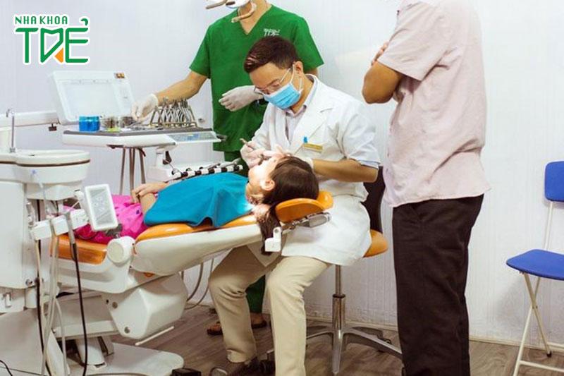 Khách hàng nhí thực hiện niềng răng tháo lắp tại Nha khoa Trẻ