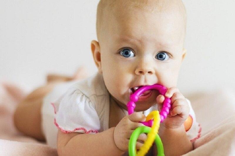 Lợi khó chịu khiến trẻ muốn gặm cắn đồ vật xung quanh