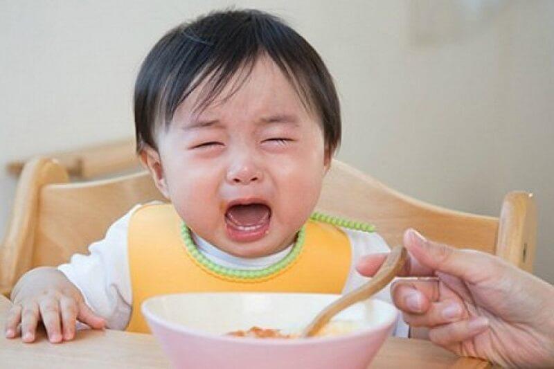 Ăn uống vô tình tác động đến nướu làm trẻ càng đau nhức hơn