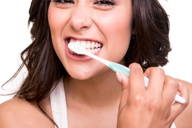 Vệ sinh răng sứ đúng cách giúp tăng tuổi thọ