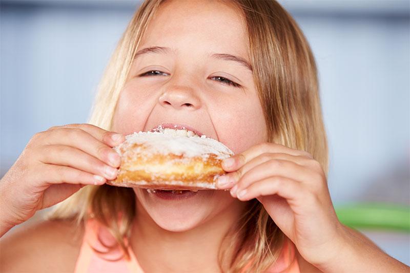 Ăn nhiều bánh ngọt khiến răng trẻ bị vàng ố do sâu răng