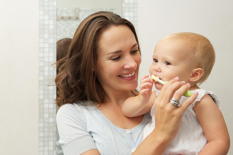Cách vệ sinh răng miệng cho bé dưới 1 tuổi