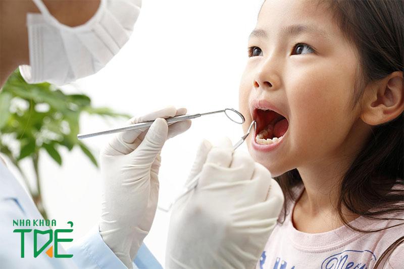 Nên khám răng định kỳ cho trẻ để tránh các bệnh lý răng miệng hoặc điều trị kịp thời nếu có
