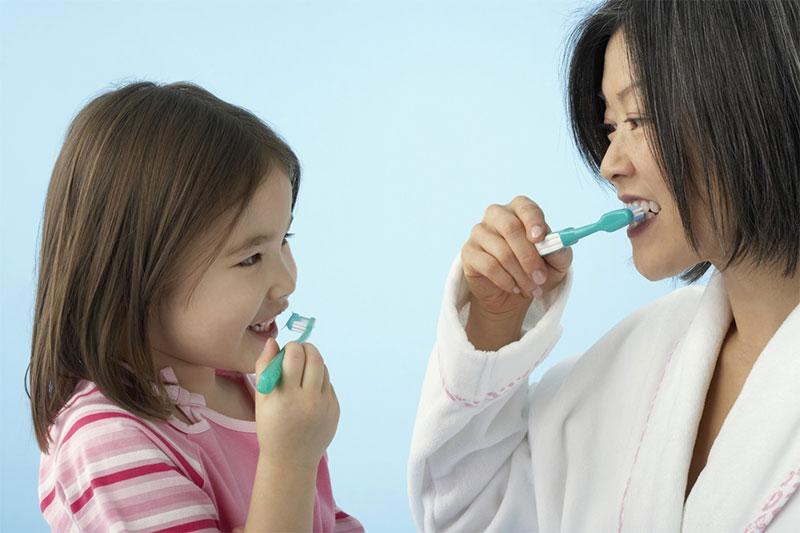 Vệ sinh răng miệng thường xuyên giúp răng bé chắc khỏe