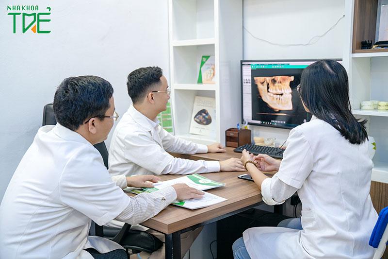 Bác sĩ Nha khoa Trẻ kiểm tra kỹ lưỡng tình trạng răng miệng trước khi quyết định có nhổ 4 răng khôn cùng lúc hay không