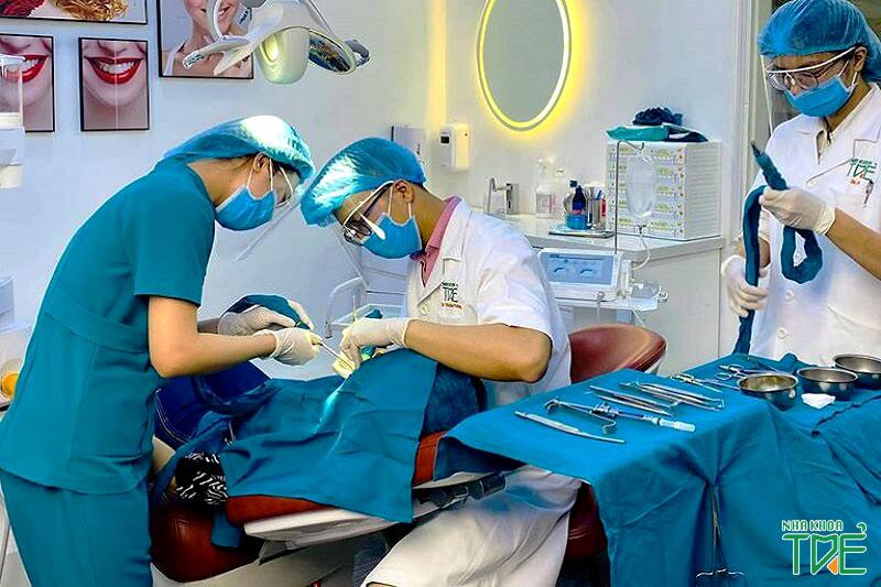 Đội ngũ bác sĩ giàu kinh nghiệm thực hiện nhổ răng khôn an toàn và nhanh chóng
