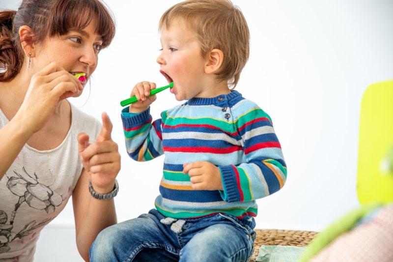 Hướng dẫn bé vệ sinh răng miệng đúng cách để ngăn ngừa mảng bám hiệu quả