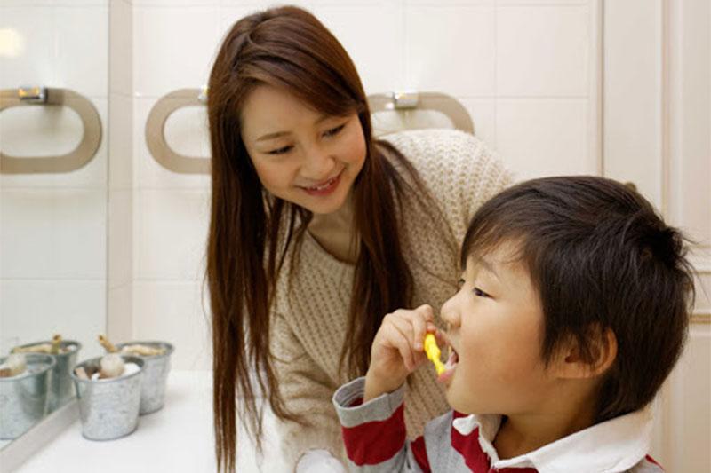 Hướng dẫn trẻ vệ sinh răng miệng đúng cách sau nhổ răng sữa
