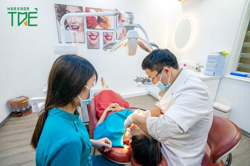 Nên thăm khám trực tiếp để biết chính xác tình trạng răng miệng và mức chi phí niềng răng