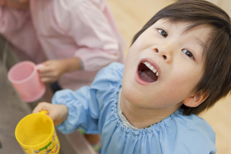 Cho trẻ súc miệng nước muối tốt cho sức khỏe răng miệng của trẻ