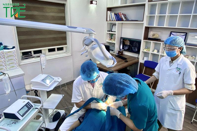 Thực hiện trồng răng Imlant trong môi trường vô trùng vô khuẩn tránh nhiễm khuẩn