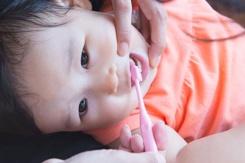 Chải răng đúng cách cho bé 1 tuổi