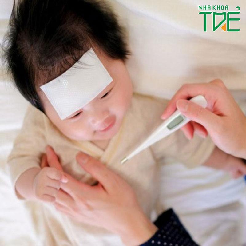Bé mọc răng nanh bị sốt phải làm sao?