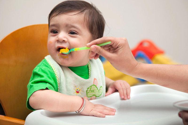 Trẻ mọc răng thường quấy khóc và biếng ăn