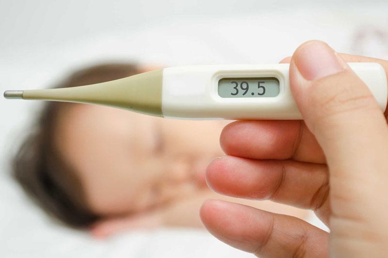 Nếu trẻ sốt cao lâu ngày thì nên đến thăm khám bác sĩ