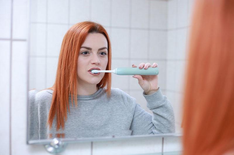 Vệ sinh răng miệng đúng cách giúp tăng tuổi thọ cho răng sứ