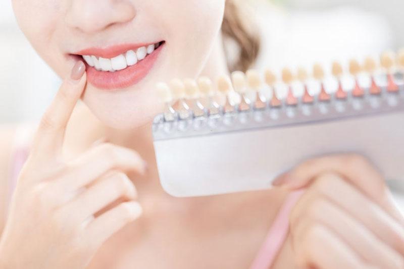 Mài răng thường được thực hiện để bọc răng sứ