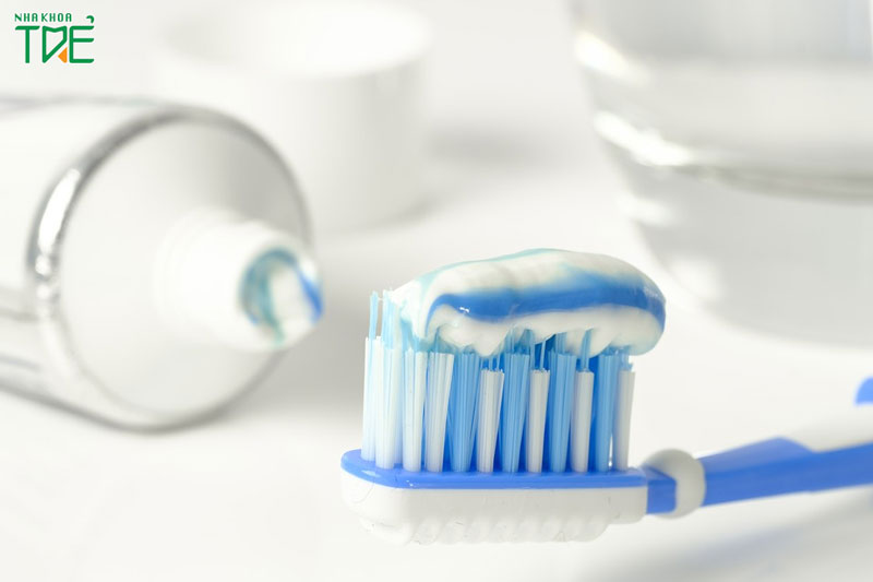 Kem đánh răng cho bé 1 tuổi có nuốt được không?
