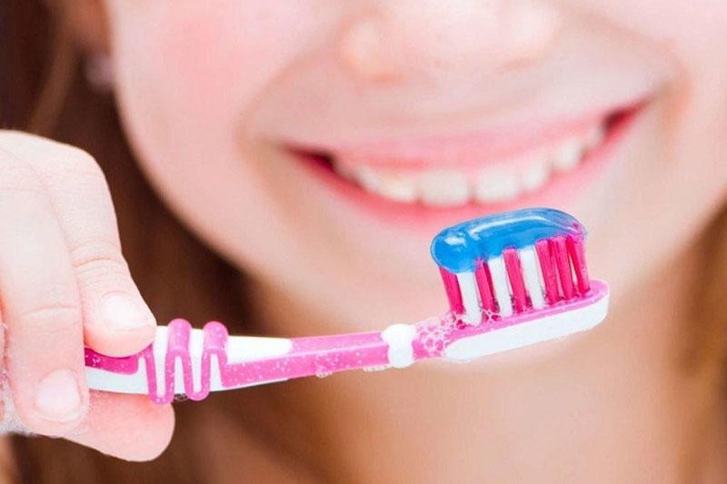 Sử dụng một lượng nhỏ kem đánh răng cho bé 1 tuổi