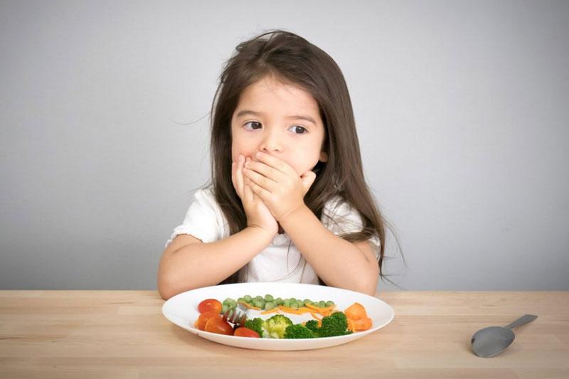 Khớp cắn ngược khiến trẻ ăn nhai khó khăn dẫn đến chán ăn