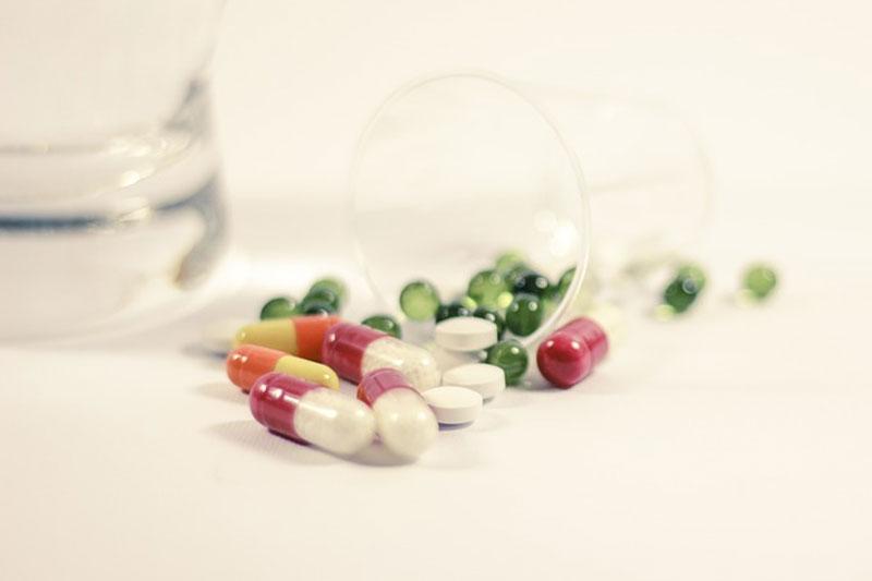 Uống thuốc giảm đau theo chỉ dẫn của bác sĩ