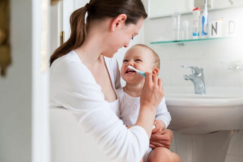 Nên vệ sinh răng miệng từ sớm cho bé
