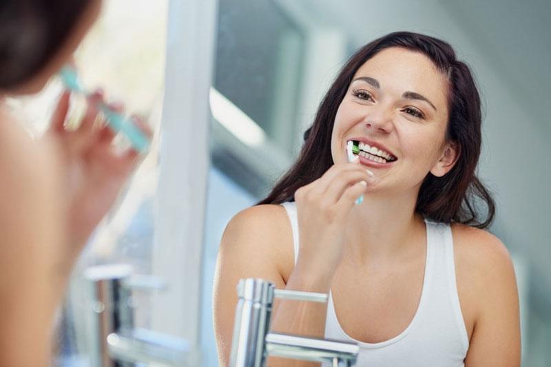 Vệ sinh răng miệng đúng cách giúp nhanh lành thương sau nhổ răng khôn