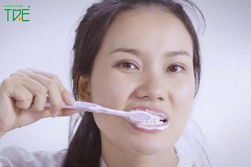Sai lầm khi vệ sinh răng miệng khiến răng nước bị tổn thương