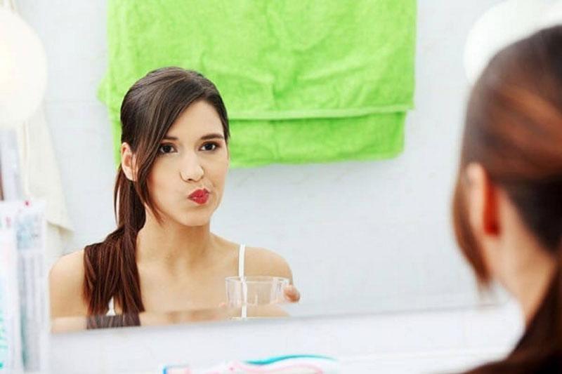 Súc miệng nước muối để giảm hôi miệng do sâu răng