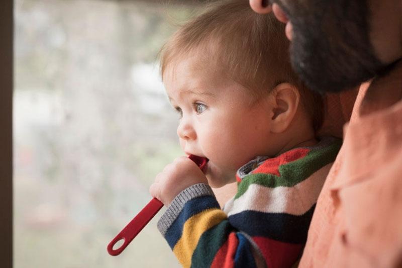 Trẻ cắn đồ vật cứng khiến răng mọc sai lệch