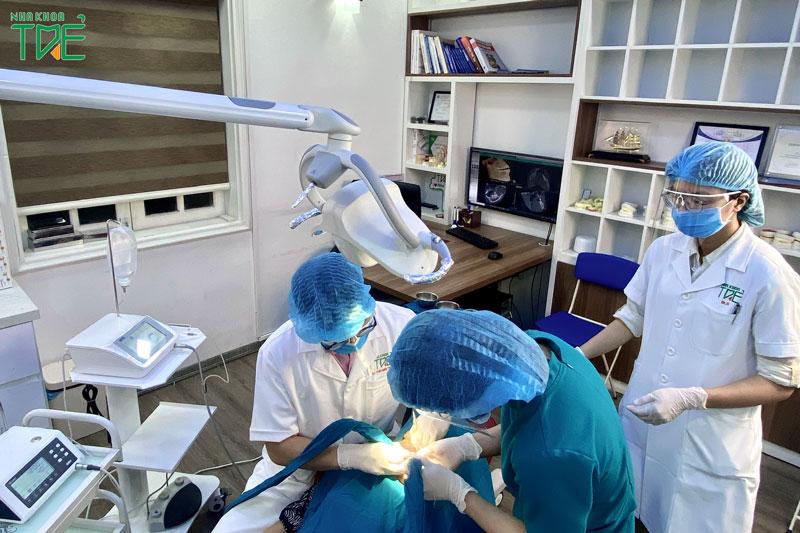 Bác sĩ cần kiểm soát tốt kỹ thuật trồng răng để đảm an toàn cho người bệnh