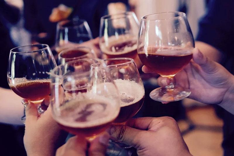 Ngưới thường xuyên uống rượu bia không nên cấy ghép Implant