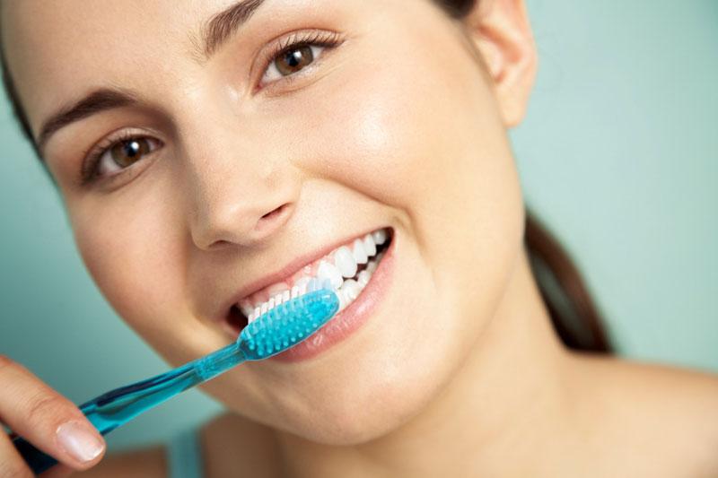 Vệ sinh răng sứ sạch sẽ mỗi ngày