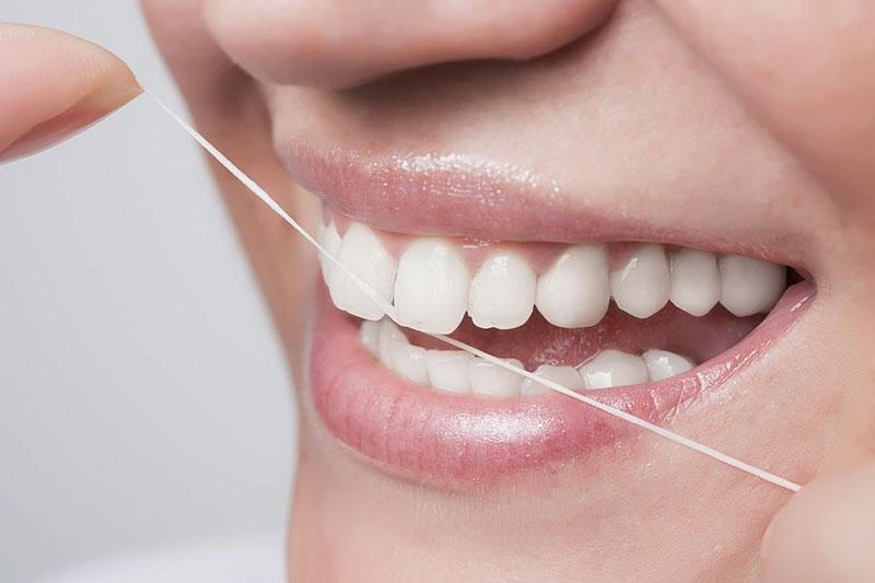 Nên dùng thêm chỉ nha khoa để vệ sinh răng miệng
