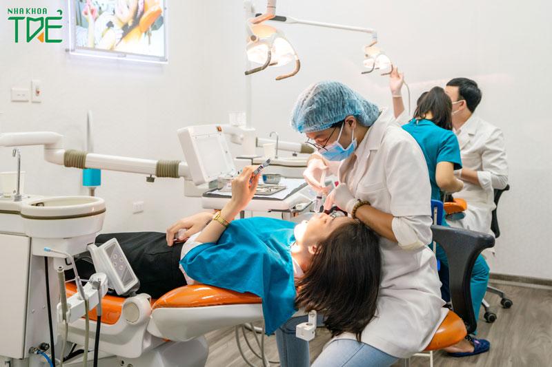 Khám răng định lỳ tại nha khoa để vệ sinh răng miệng sau bọc răng sứ