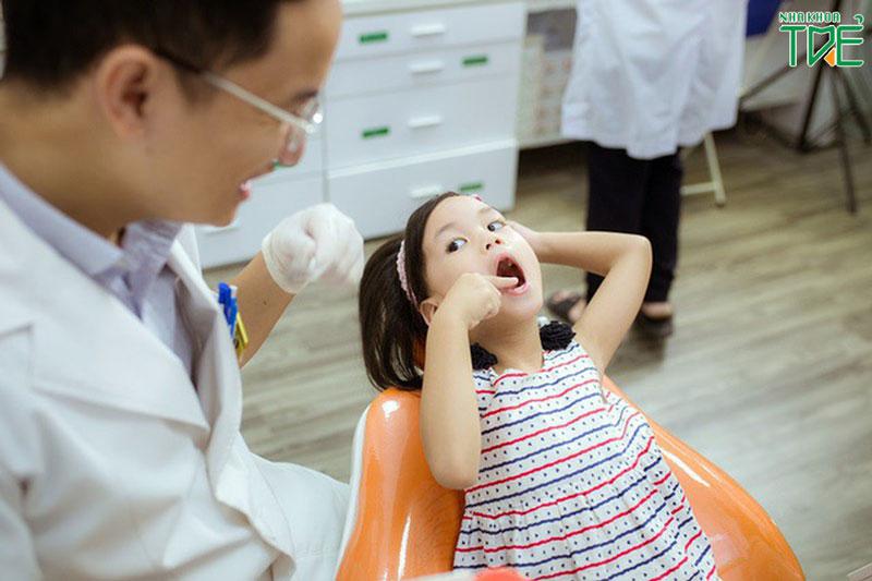 Nên thăm khám và nhổ răng cho bé tại nha khoa