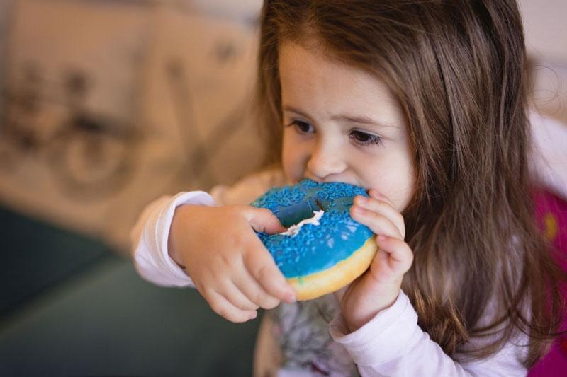 Thói quen ăn nhiều đồ ngọt khiến bé bị sâu răng
