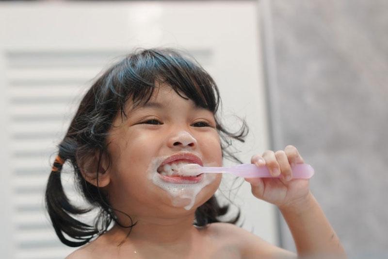 Sử dụng nhiều chế phẩm có chứa fluor như kem đánh răng