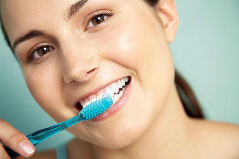 Cần thực hiện vệ sinh răng sứ đúng cách