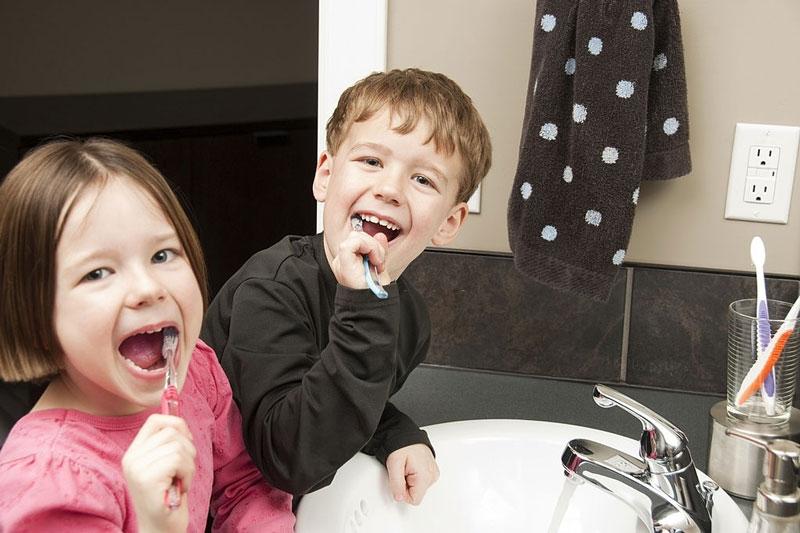 Nhắc nhở bé vệ sinh răng miệng mỗi ngày
