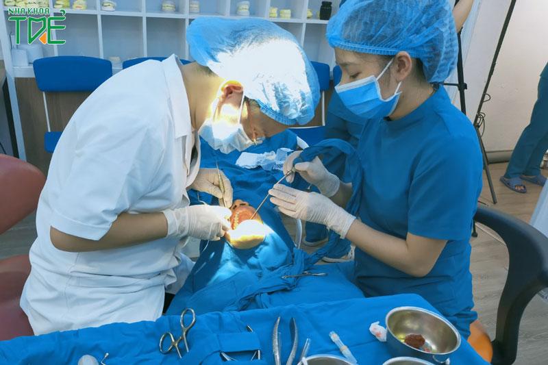 Thực hiện trồng răng bởi bác sĩ giàu kinh nghiệm