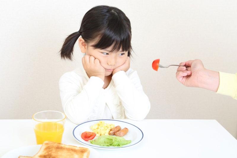 Trẻ 6 tuổi mọc răng hàm có biểu hiện chán ăn