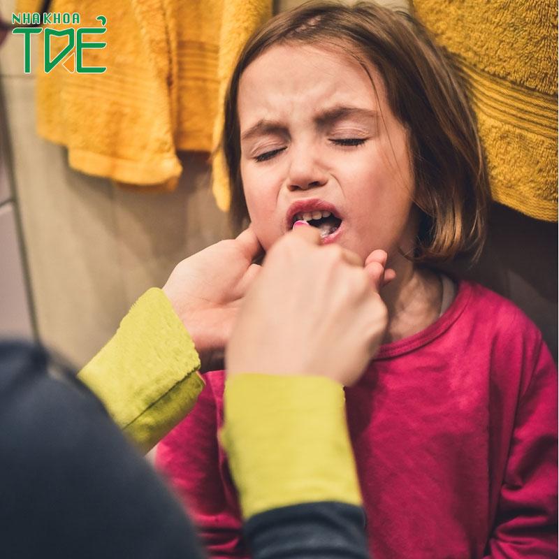 Trẻ em đau răng uống thuốc gì và những lưu ý cần biết