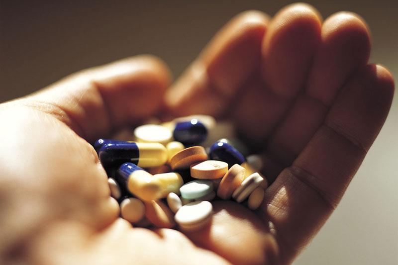 Uống thuốc giảm đau viêm lợi trùm theo chỉ định của bác sĩ