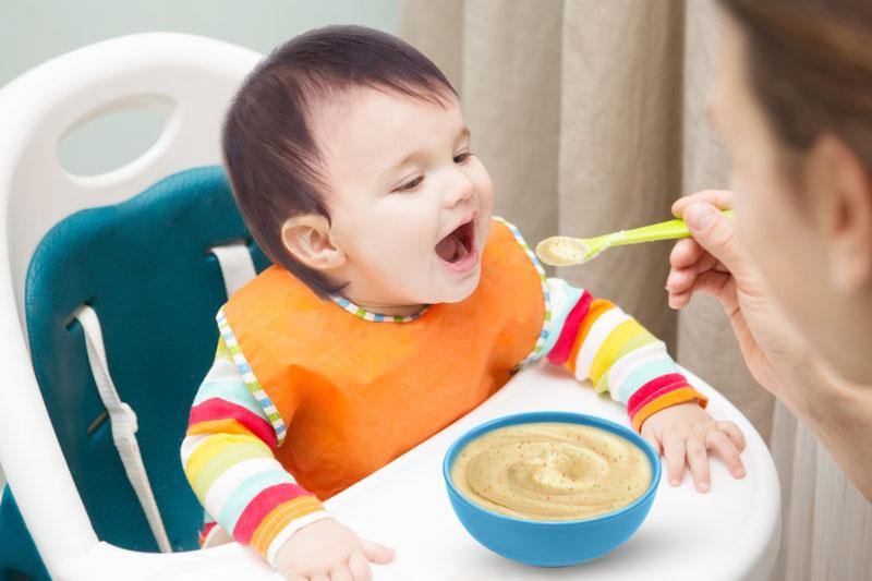Nên cho bé ăn dặm để bổ sung đầy đủ dinh dưỡng