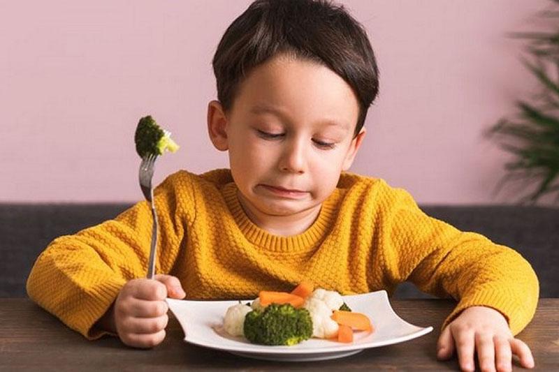 Viêm nha chu khiến trẻ ăn uống khó khăn