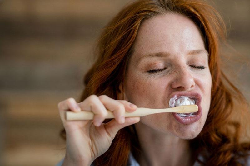 Chải răng quá mạnh làm mòn cổ răng, hở chân răng